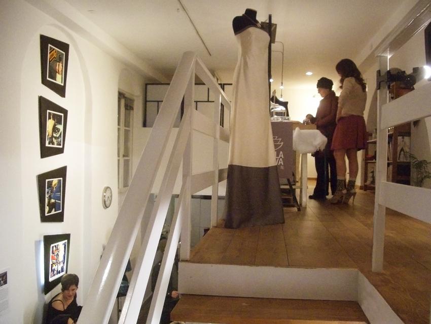 Al piano superiore i gioielli  di Isabella Minerva e le creazioni  di Jenny Monteiro